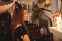 Frau lässt sich im Friseursalon die Haare glätten — Stockfoto