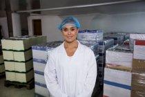 Porträt weiblicher Mitarbeiter in der Eierfabrik — Stockfoto