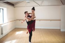 Partenaires de ballet dansant ensemble dans un studio moderne — Photo de stock