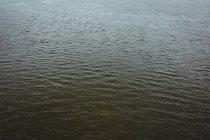 Вид на волнистое море в солнечный день — стоковое фото