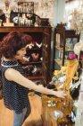 Вибравши ювелір стильною жінкою в ювелір антикварні магазини — стокове фото