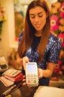 Жіночий персонал проведення платіжних терміналів на лічильник, в бутік-магазині — стокове фото