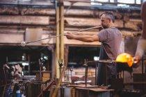 Митець формування скла на blowpipe заводі glassblowing — Stock Photo