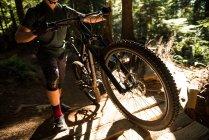 Мужчина-велосипедист гуляет на горном велосипеде в лесу — стоковое фото