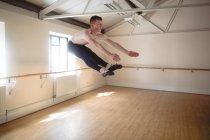Ballerino pratiquant la danse de ballet et sautant en studio — Photo de stock