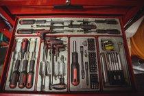 Автомобільні інструментів розташовані в ящик для інструментів на семінарі — стокове фото