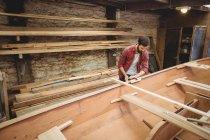 Чоловік готує дерев'яних човнах кадр у верфі — стокове фото