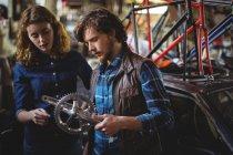 Механіка ремонту велосипедів в майстерні — стокове фото
