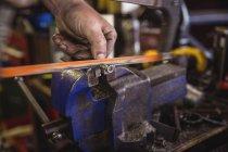 Metal de corte mecânico com ferramentas na oficina — Fotografia de Stock
