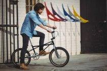 Красивый мужчина на велосипеде в солнечный день — стоковое фото