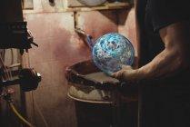 Imagem cortada de vidrador segurando vidraria na fábrica de sopro de vidro — Fotografia de Stock