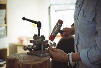 Gros plan de l'artisan travaillant en atelier — Photo de stock