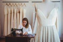 Жіноча дредмейкер шиття на швейній машинці в студію — стокове фото