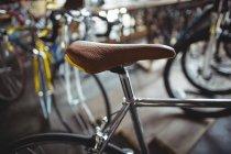 Крупним планом новий срібло велосипедів в майстерні — стокове фото