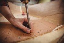 Рукою людини, підготовка дерев'яних човнах кадр на верфі — стокове фото
