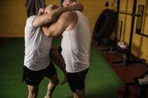 Боксёры муай-тай занимаются боксом в спортзале — стоковое фото