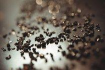 Primo piano di pezzi di vetro sul tavolo del marver nella fabbrica di soffiaggio del vetro — Foto stock