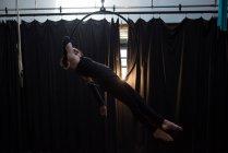 Gymnaste faisant de la gymnastique sur cerceau dans un studio de fitness — Photo de stock