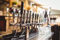 Крупный план пивного насоса подряд в баре — стоковое фото