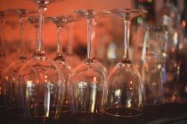 Gros plan sur les verres à vin au comptoir du bar — Photo de stock