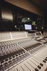 Misturador de som em um estúdio com laptop — Fotografia de Stock