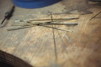 Gros plan des électrodes de soudage sur établi en atelier — Photo de stock