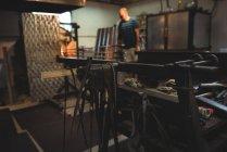 Закри marver стіл на заводі glassblowing — стокове фото