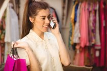 Учасник чемпіонату з мобільного телефону, роблячи покупки в магазині boutique — стокове фото