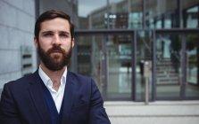 Retrato de empresário em pé fora do escritório — Fotografia de Stock