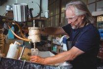 Митець, що працюють на склі glassblowing заводу — стокове фото