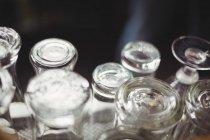 Крупным планом пивные бокалы на барной стойкой — стоковое фото