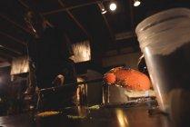 Soplador de vidrio laminado de vidrio fundido en piezas de vidrio de color en la fábrica de soplado de vidrio - foto de stock