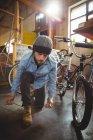 Legatura meccanica pizzo scarpa in officina bicicletta — Foto stock