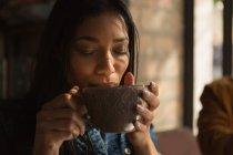 Nahaufnahme einer Frau beim Kaffee im Café — Stockfoto