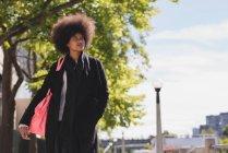 Mulher afro pensativo andando na rua — Fotografia de Stock