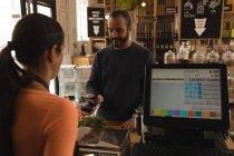 Клієнт робить платіж на лічильник у супермаркеті — стокове фото