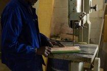 Mittelteil des Arbeiters mit Sägemaschine in der Gießerei-Werkstatt — Stockfoto
