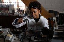 Жіночий працівник працює в скляного заводу — стокове фото