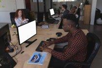 Чоловічий виконавчий працює на реєстрації в Office — стокове фото