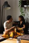 Пара взаимодействующих друг с другом на диване в гостиной на дому — стоковое фото