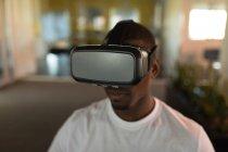 Крупный план руководителя бизнеса с использованием гарнитуры виртуальной реальности в офисе — стоковое фото