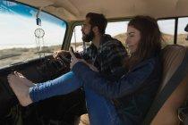 Mulher usando telefone celular enquanto homem dirigindo carro na estrada — Fotografia de Stock