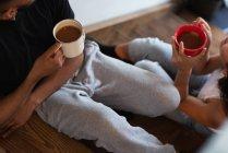 Gros plan du couple prenant un café à la maison — Photo de stock