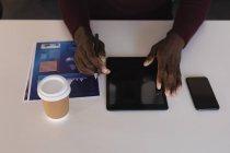 Close-up do executivo de negócios usando tablet digital no escritório — Fotografia de Stock