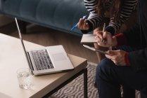 Section médiane des cadres discutant sur tablette numérique — Photo de stock