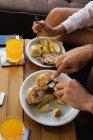 Primo piano di coppia che mangia in soggiorno a casa — Foto stock