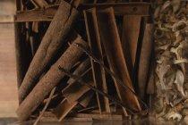 Primo piano dei bastoncini di cannella in mostra al supermercato — Foto stock