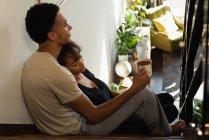 Пара расслабляющий во время кофе в лестнице дома — стоковое фото