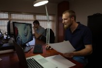 Roboteringenieur arbeitet am Schreibtisch im Lager — Stockfoto