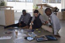 Dirigenti attenti che lavorano al piano ufficio — Foto stock